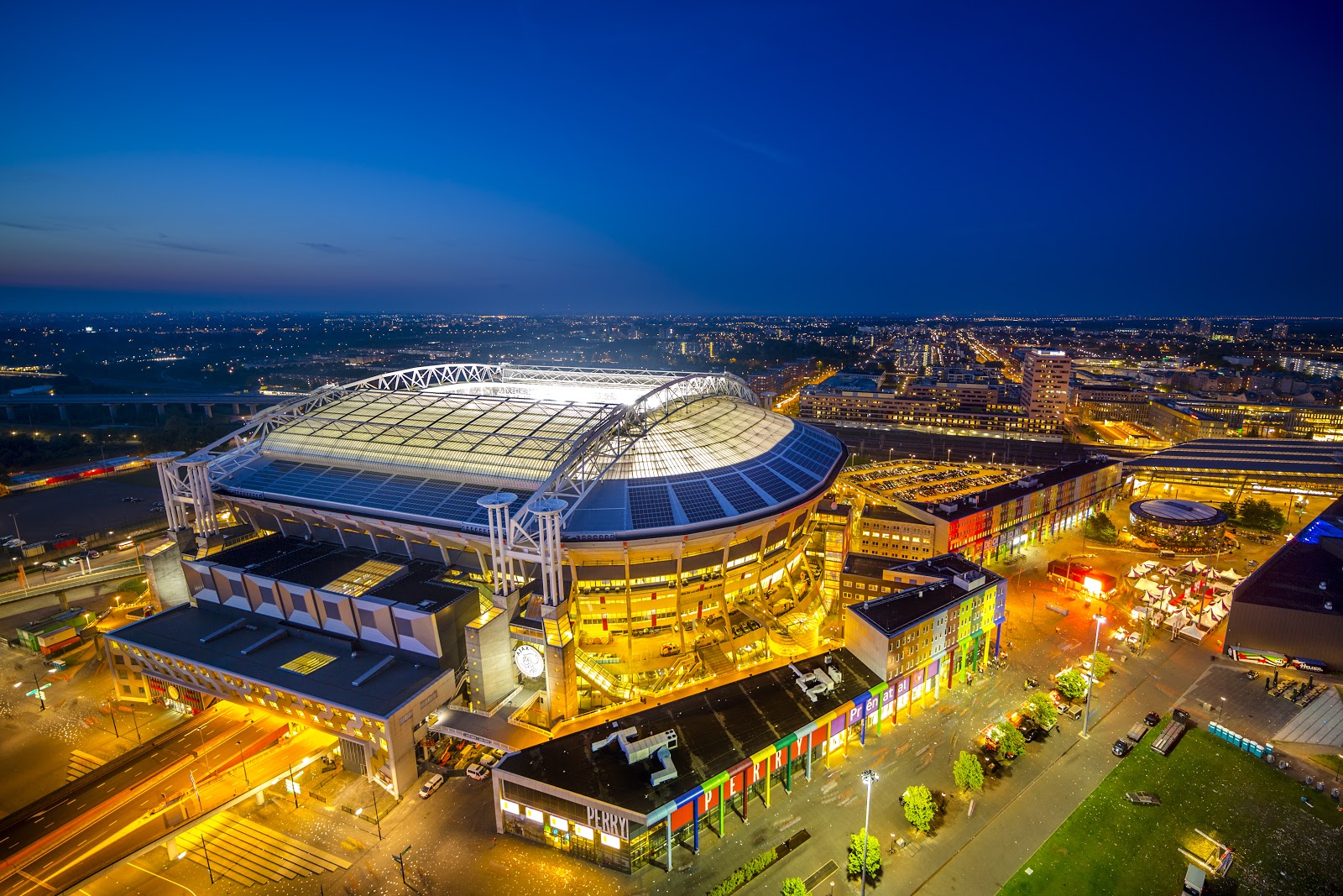 The Johan Cruijff ArenA with solar panels, from which data is used to run analyses and perform predictions on. Provided by BAM.